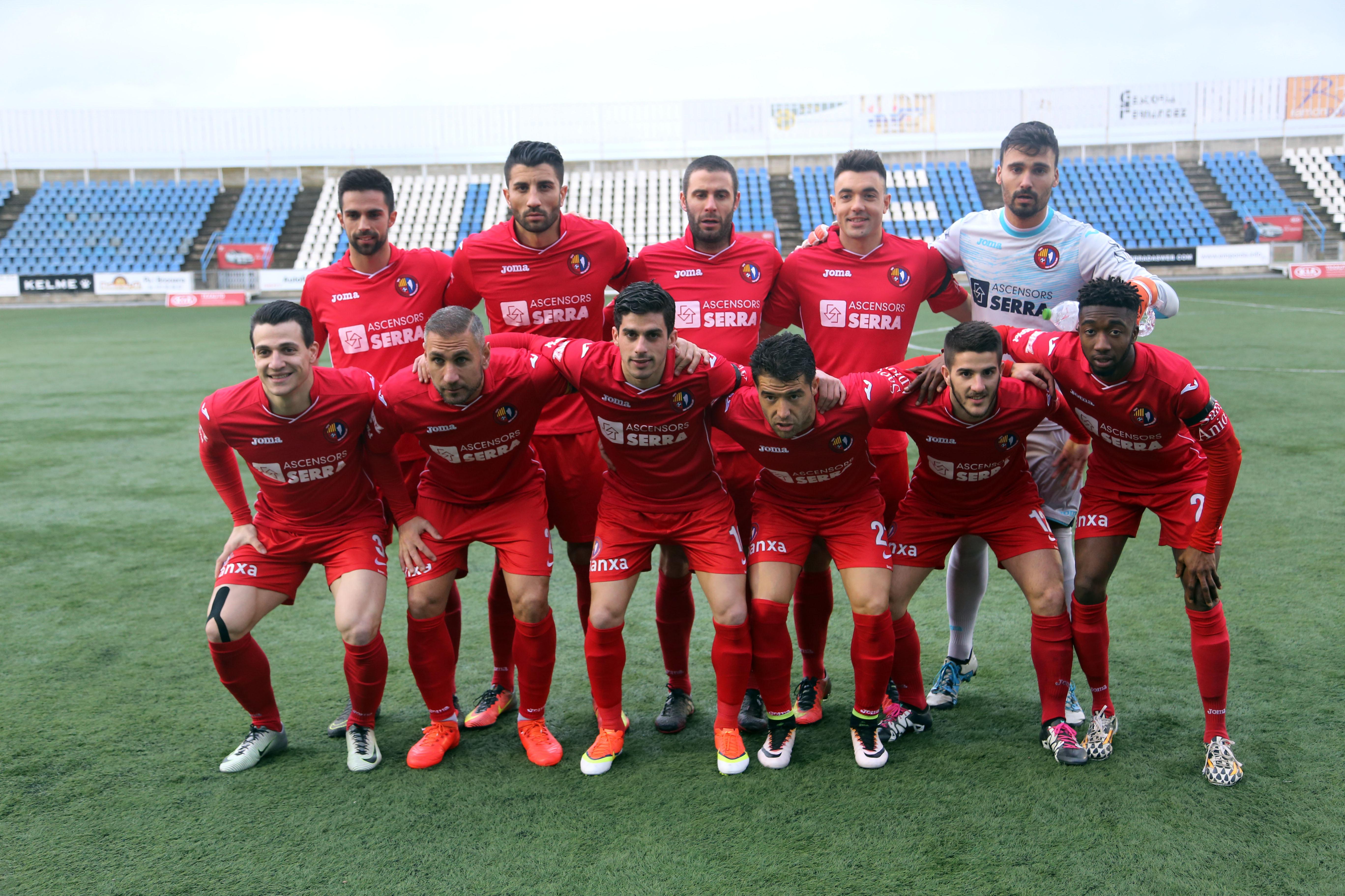 Futbol. Temporada 2016/17. 3a divisió. Partit entre el Figueres i l'Olot a l'estadi de Vilatenim. Regitzell habitual, entrenadors, porters, ambient, etc